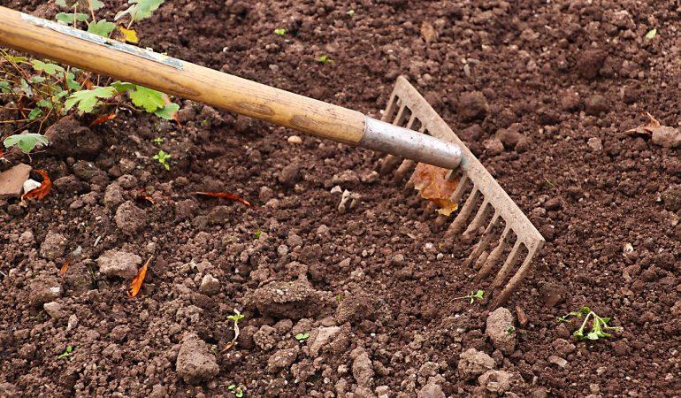 Comment préparer le sol avant la pose du gazon synthétique?